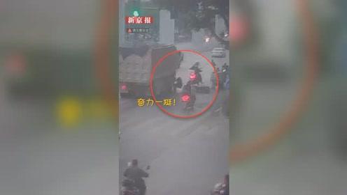 神反应!男子倒在货车前眼看被碾压 一个迅速挺身逃过一劫