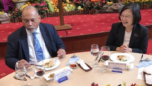 """臭味相投?为稳固""""邦交"""" 蔡英文竟然请别国总统吃臭豆腐……"""