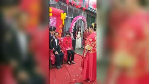 真实农村婚礼,看公公婆婆脸上给抹的,太搞笑了