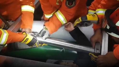 太危险!男孩贪玩胳膊被卷进流水线滚轮,消防员前来救援