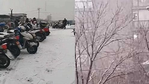 今早你被冻jio了吗?当北京大雪遇上早高峰 铲冰除雪的他们出现了