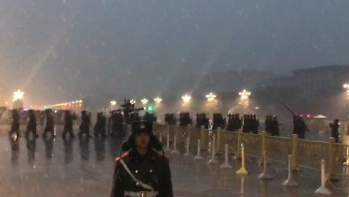 直击天安门雪中升旗仪式:仪仗队脚步声自带音效,执勤战士成最美雪景