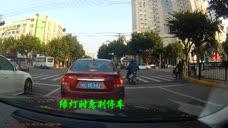 瑞安这位司机开车不看车道还闯红灯!