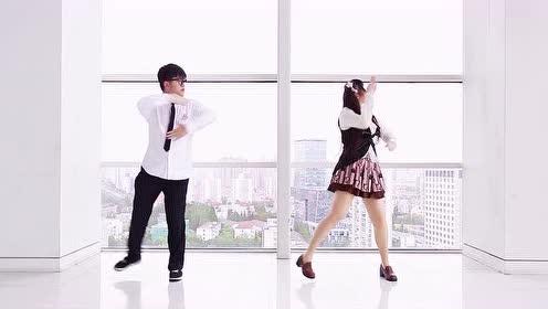 一男一女在大楼高层的窗边跳情侣舞蹈