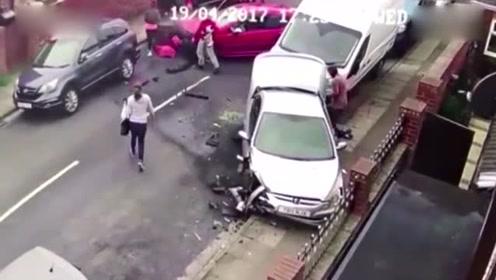 监控:汽车瞬间粉碎路边车 车主携狗逃离现场