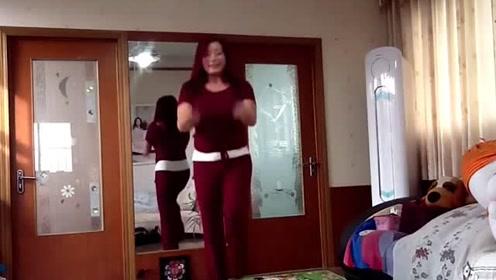 小媳妇在家跳舞,很嗨