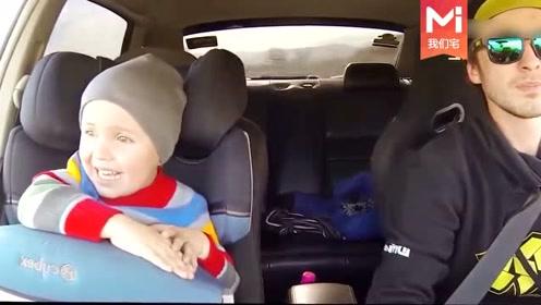 爸爸带着萌娃来飙车,不料宝宝竟然不害怕而是兴奋地尖叫