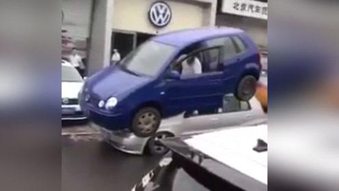 你知道有一种从天而降的停车方法吗
