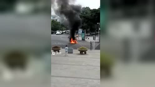 绵阳一电瓶车行驶中突然起火自燃 现场浓烟滚滚