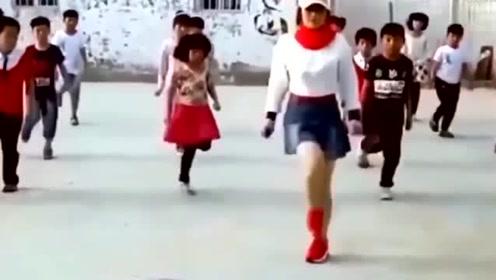 鬼步舞 美女老师 教全班学生鬼步舞 怎么就遇不到这样的老师