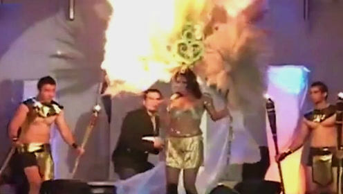 女模特走秀巨型羽毛帽突然起火 幸亏观众出手相救