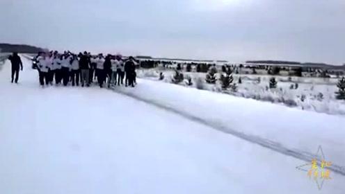 俄两足球流氓团伙雪地里群殴 结束后相互拥抱握手言和