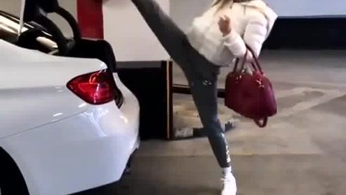 关个后备厢而已 她居然抬起了一只脚
