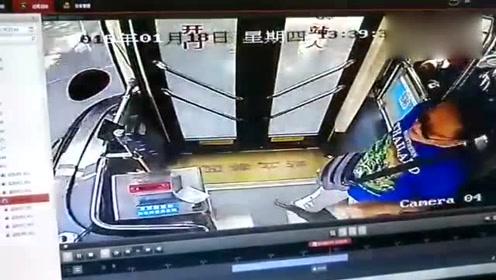 太鲁莽了!公交车行驶中,男子将司机拉下车致乘客摔倒
