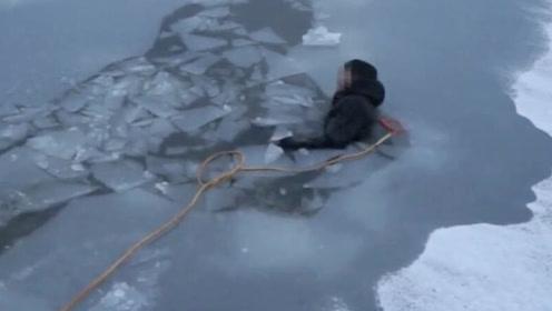 安徽一男子困冰湖已冻的神志不清 多人合力拉上岸