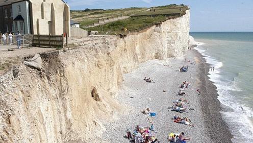 这里的海崖随时会坍塌 游客却冒死拍照晒日光浴