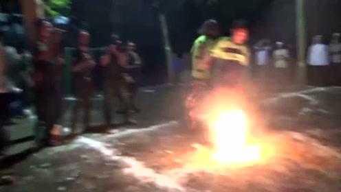 印尼学生赤脚踢火焰足球 惊险刺激