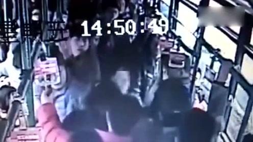 女子公交车上怒打猥琐男 从车头打到车尾