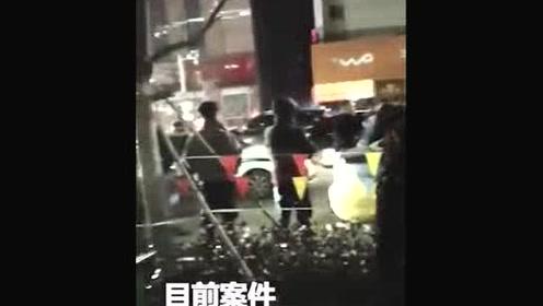 疑因车费起冲突 女乘客喊人打砸出租还袭击警