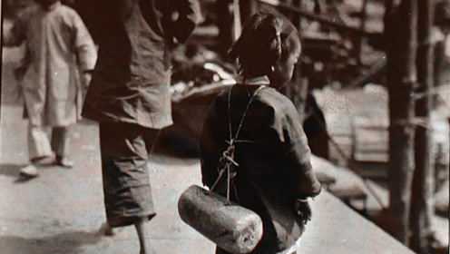 小孩为啥整天背个木头跑?老人收藏数百张民国老照片张张有故事