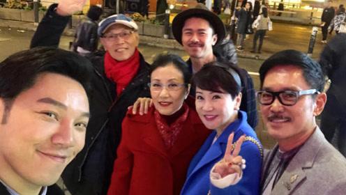 谢霆锋妈妈狄波拉与老公恩爱同框 67岁美貌依旧