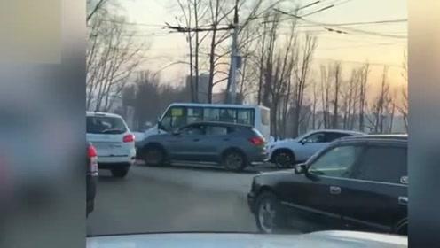 老哥酒后上街指挥交通,车主堵哭了