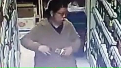 大妈超市内把数瓶白酒藏身上 被监控全程拍下