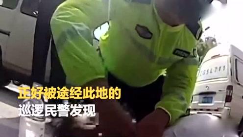 河北老人患病晕倒 交警跪地救人
