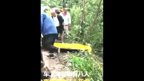 面包车翻滚下山坡 三人死亡五人受伤