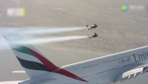 翼装飞行员在迪拜与空客航机高空共舞,画面超震撼!