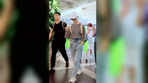 李宇春现身机场 衣服穿着相当拉风
