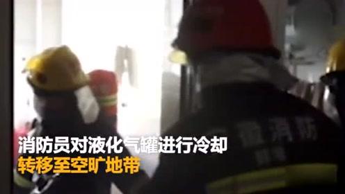 安徽 做饭时液化气罐爆炸 老人头发被烧