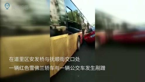 轿车与公交车发生剐蹭失控骑上桥护栏 幸未造成人员伤亡