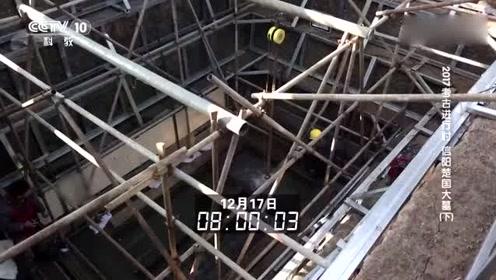 千年主棺离开冰冷的地下,被层层包裹后,用起吊机吊出水面