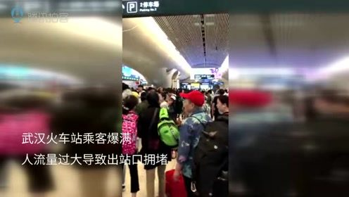 提前返程火车站乘客爆满 地铁车厢门提示牌挤地上