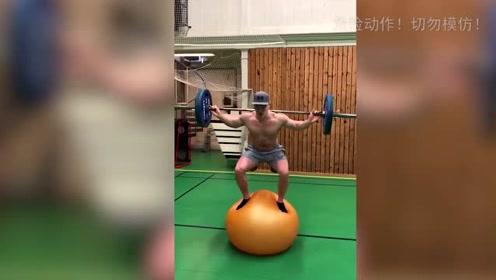 摇摇欲坠!在充气球上的举重训练,这需要超强的平衡能力!