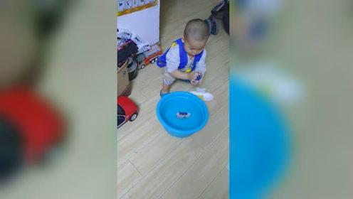 3岁小萌娃自己洗袜子,表现的真棒!
