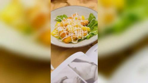 菠萝油条虾:早餐没吃完的油条,午餐接着做