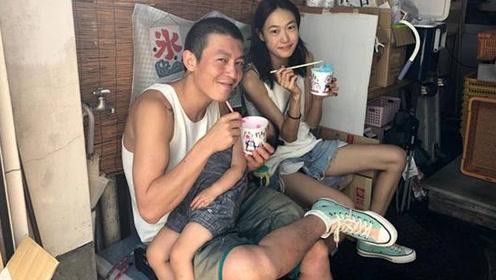 陈冠希携妻女在日本吃路边摊 眼神笑容好撩人