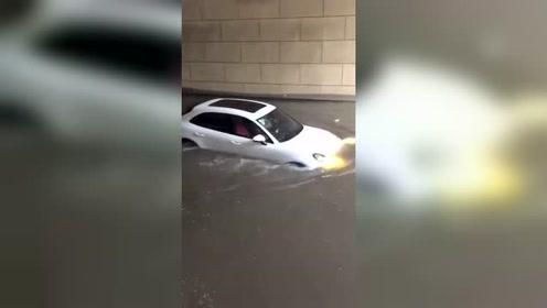 这位女司机厉害,驾驶保时捷强行涉水,任性又胆大!