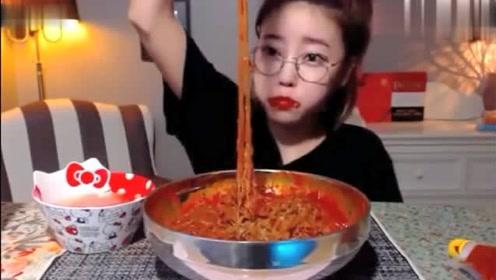 韩国吃播:dorothy欧尼吃超超超辣的辣酱拌面,比火鸡面还辣好几倍