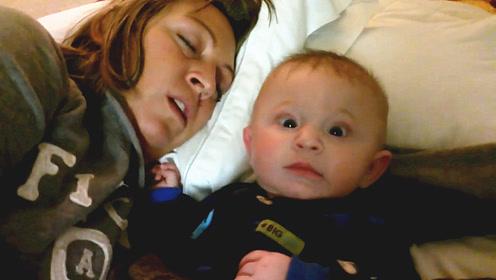 萌娃刚被哄睡着,妈妈却在耳边打起了呼噜,宝宝的反应太逗了