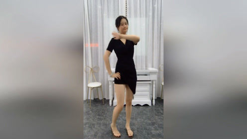 138斤胖胖校花跟风学跳《踢腿舞》,网友:不仅腿长,频率还快!