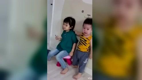 小弟弟黏在姐姐身边,姐姐不耐烦的推开弟弟