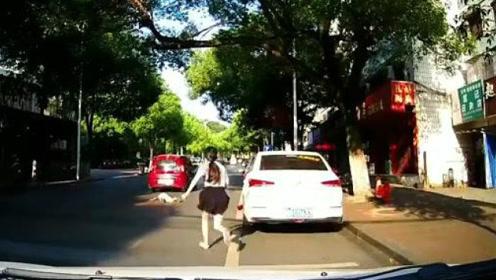 悲剧了!妈妈看着过马路的孩子被车碾压
