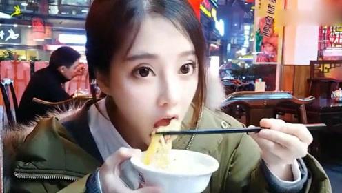 冯提莫直播吃火锅,嘴巴不沾油吃法了解一下