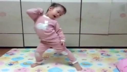 妈妈打开电脑让女儿跳舞,没想到女儿这么有天赋,把妈妈乐坏了!