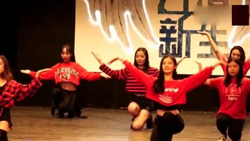 这些女大学生们,在舞台上跳的这段舞蹈,很性感,舞姿很美