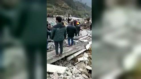 山体滑坡导致房屋垮塌 消防扒开废墟碎石救人