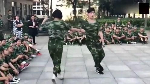 军训休息时美女和帅小伙跳起拉丁舞,教官默默地掏出手机
